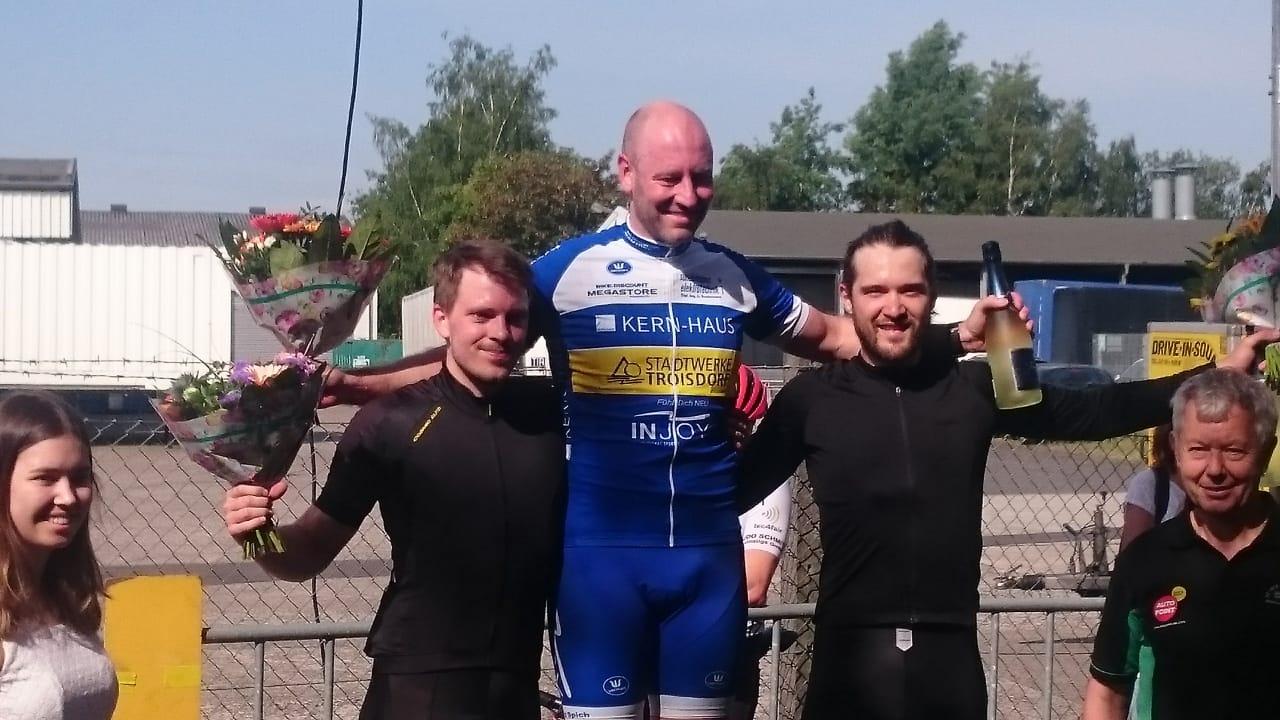 Daniel Holtmann, Cycling Club Düsseldorf (links im Bild) belegt den 2. Platz hinter Sieger Eric Fischer (Bildmitte).