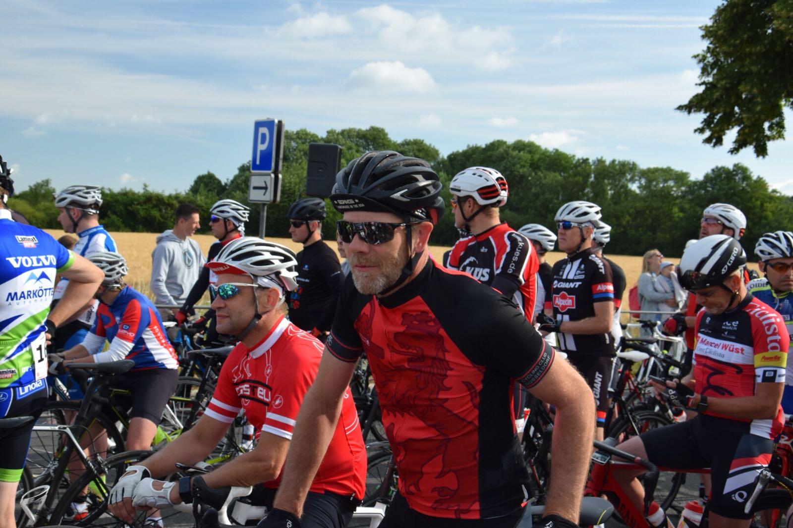Das Team des Cycling Club Düsseldorf am Start zum Reinhold Boehm Gedächtnisrennen: Alexej Zavailov und Alexander Fiedler