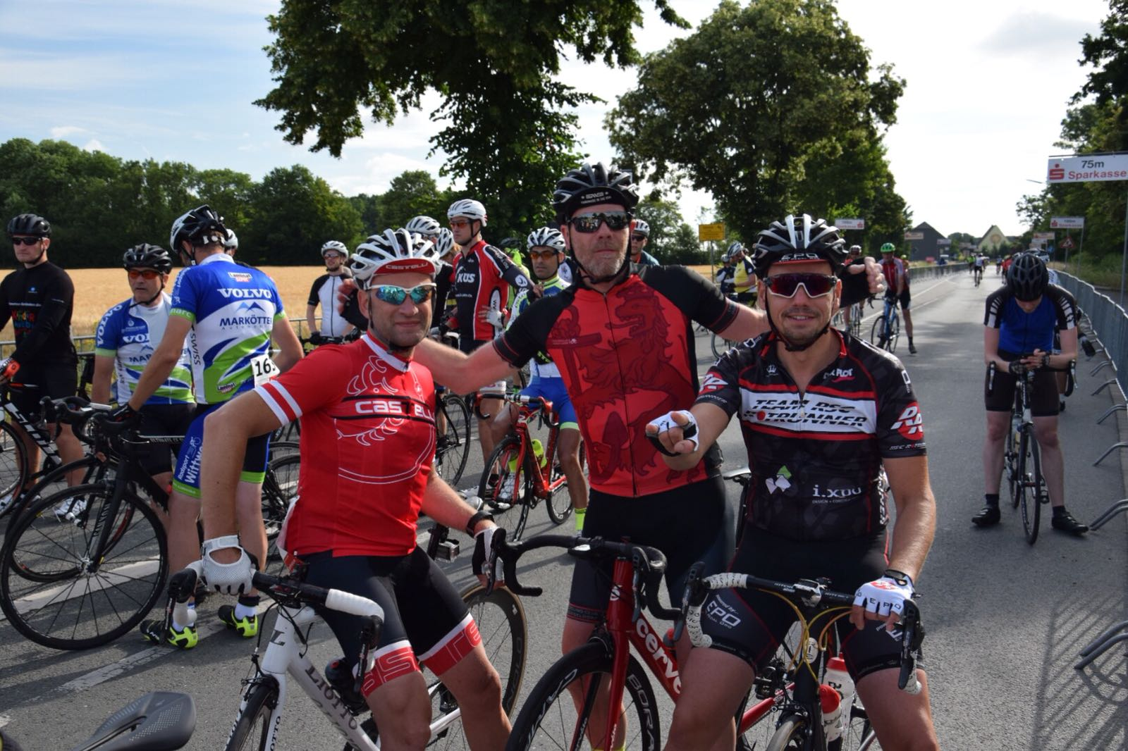 Im Ziel: Team Cycling Club Düsseldorf (v.l.n.re.) Alexej Zavailov und Alexander Fiedler, Christian Konopka (rechts)
