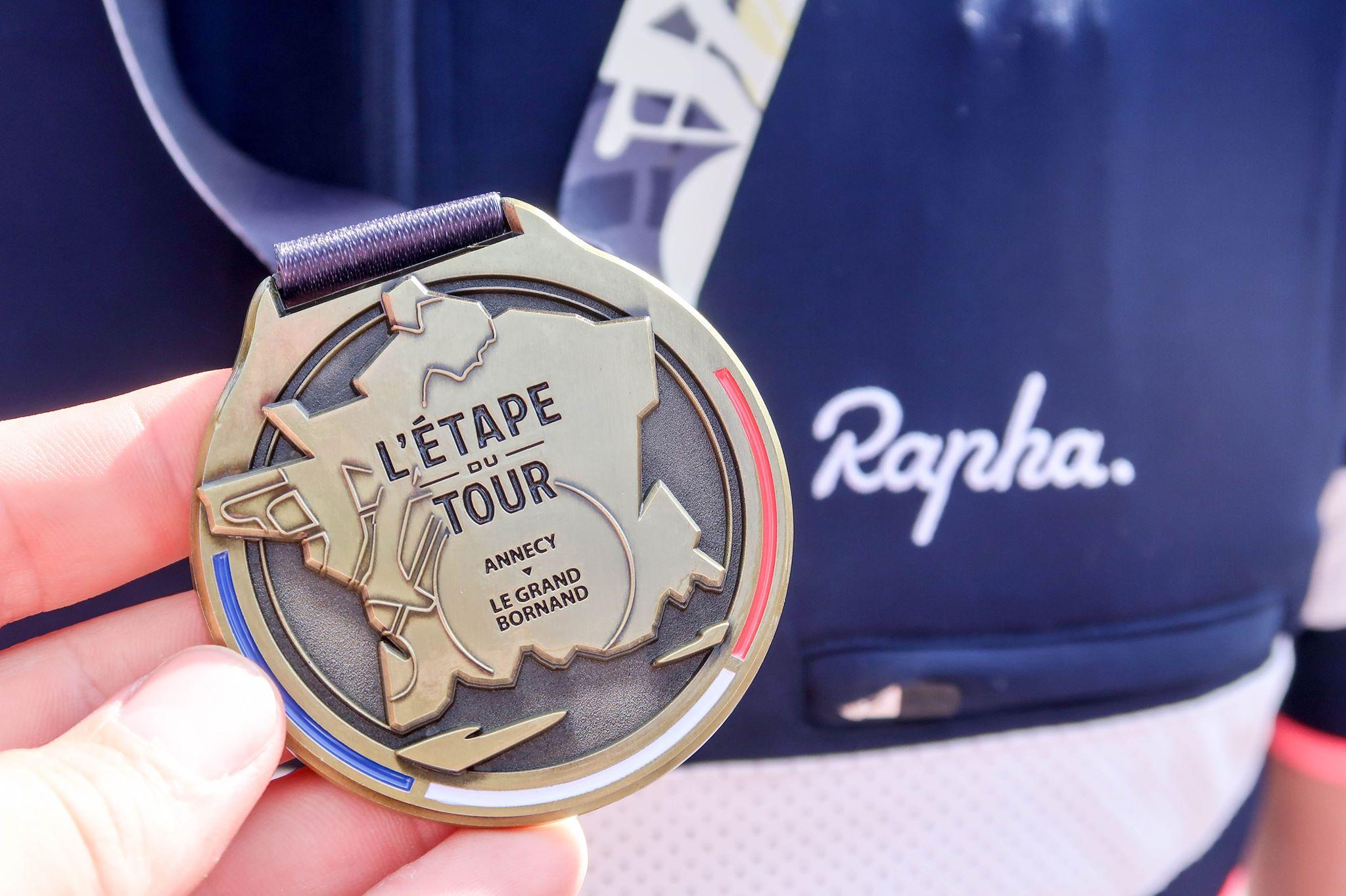 Malte Paulat (Cycling Club Düsseldorf) mit der verdienten Teilnehmermedallie der L'Etape du Tour